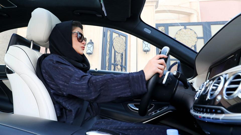 গাড়ি চালানো শুরু করলেন সৌদি আরবের নারীরা
