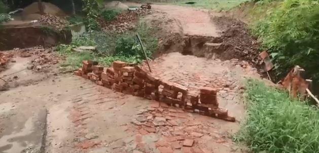 বান্দরবানে সড়ক ভেঙ্গে যোগাযোগ বন্ধ