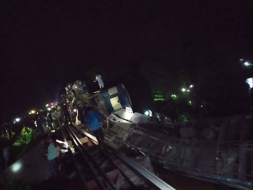 কালভার্ট ভেঙে উপবন এক্সপ্রেসের ৫টি বগি খালে: নিহত ৪, আহত শতাধিক