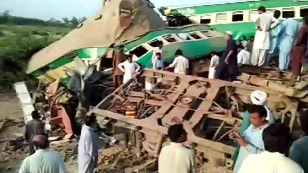 পাকিস্তানে দুই ট্রেনের সংঘর্ষে অন্তত ১০ জন নিহত