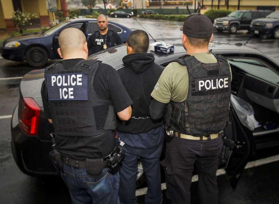 অবৈধ অভিবাসীদের বিরুদ্ধে অভিযান শুরু করেছে যুক্তরাষ্ট্র