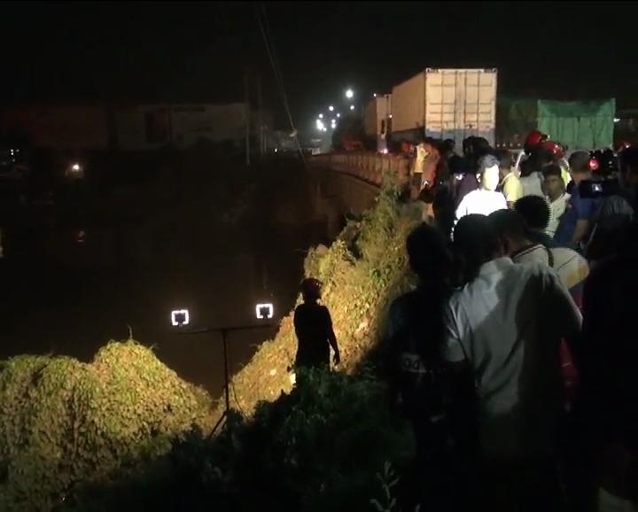চলন্ত ট্যাক্সি ক্যাব নদীতে: উদ্ধার অভিযান চলছে