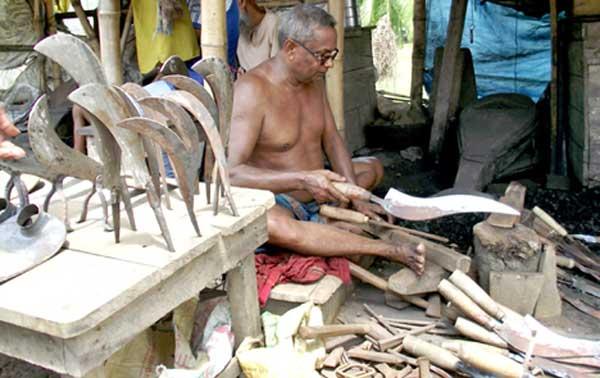 কোরবানির পশু জবাইয়ের ছুরি, দা তৈরিতে ব্যস্ত কামারপল্লী