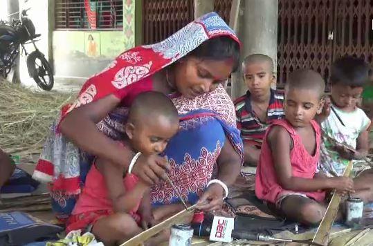 তালপাতার পাঠশালায় বর্ণমালা-নামতার পাঠদান