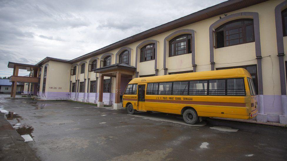 কাশ্মীরে স্কুল খুললেও উপস্থিতি কম