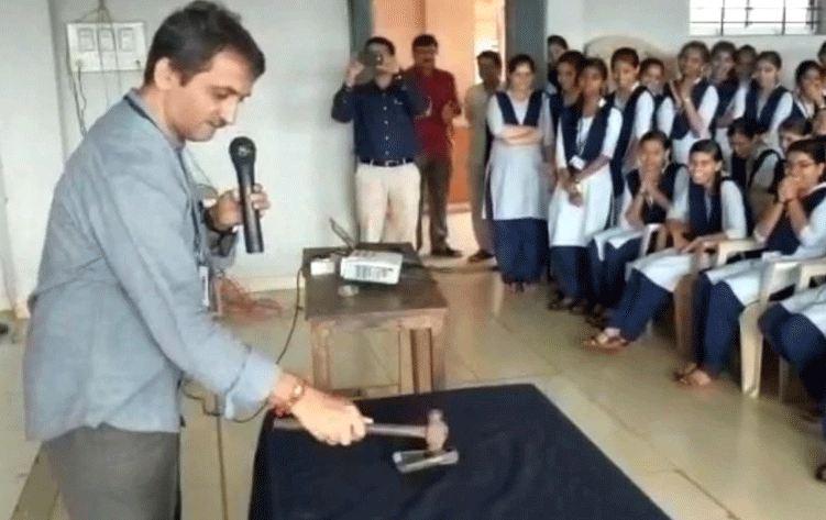 হাতুড়ি দিয়ে শিক্ষার্থীদের মোবাইল ফোন ভাঙলেন অধ্যক্ষ